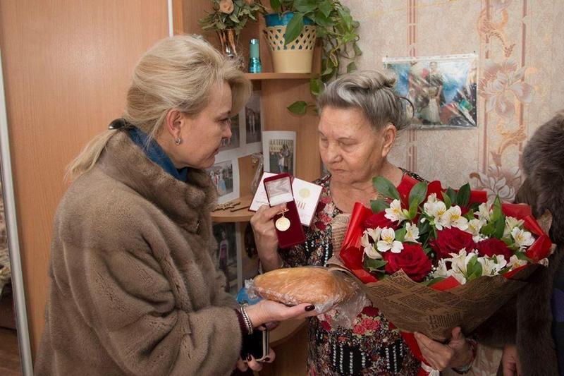 Чиновницы из Крыма подарили блокадникам батоны (6)