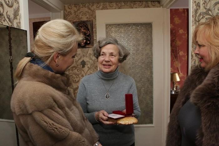 Чиновницы из Крыма подарили блокадникам батоны (5)