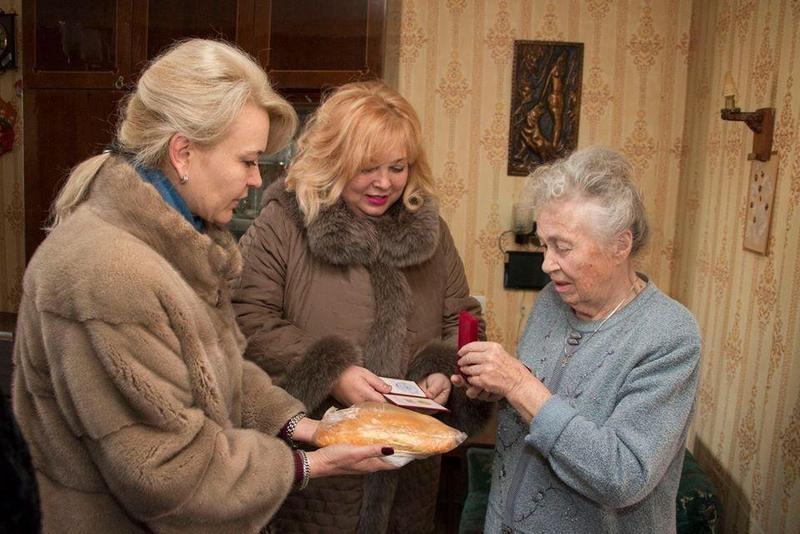 Чиновницы из Крыма подарили блокадникам батоны (4)