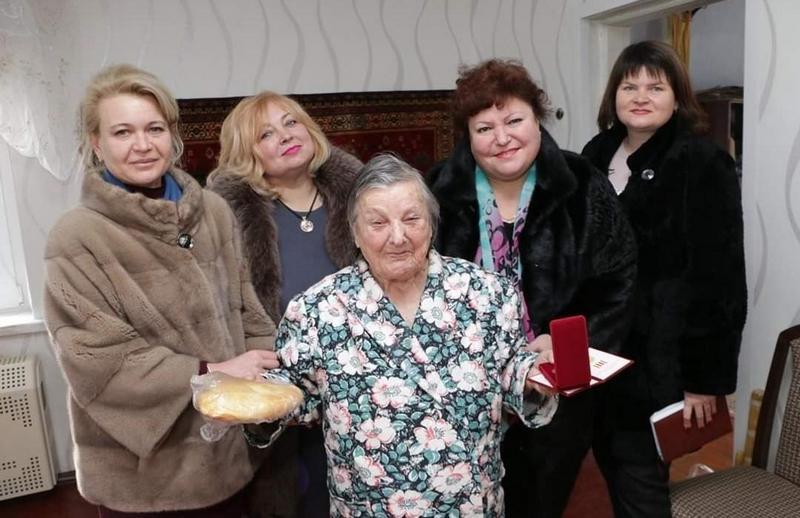 Чиновницы из Крыма подарили блокадникам батоны (1)