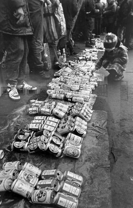 Продажа пустых пивных банок на толкучке. 1990 год, Москва